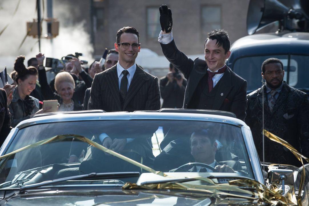 Penguin (Robin Lord Taylor, r.) lässt sich als neuer Bürgermeister feiern. Währenddessen versucht Butch alles, um Nygma (Cory Michael Smith, l.) zu... - Bildquelle: Warner Brothers