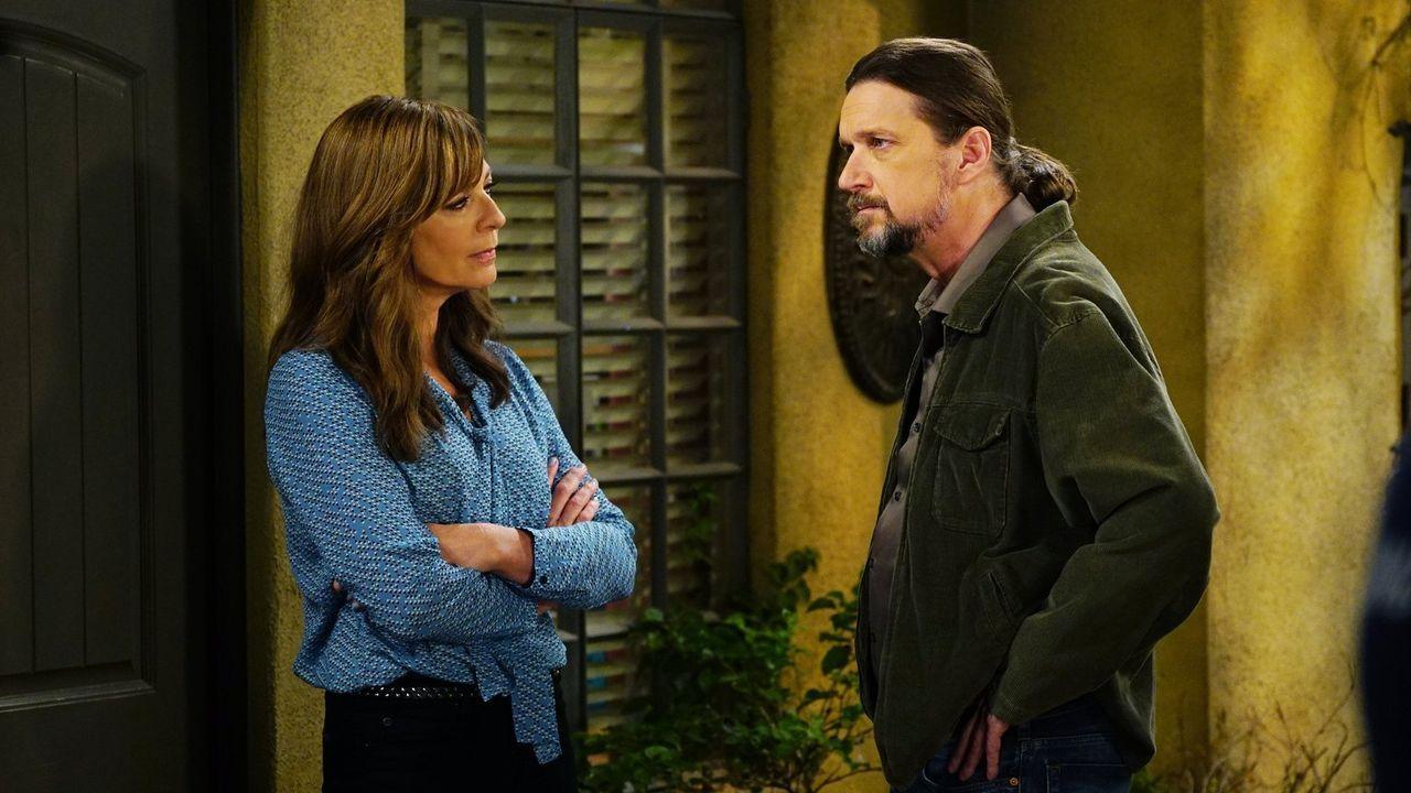 Steve (Don McManus, r.) will den nächsten Schritt in seiner Beziehung mit Bonnie (Allison Janney, l.) wagen, doch seine Angebetete hat da auch noch... - Bildquelle: 2015 Warner Bros. Entertainment, Inc.