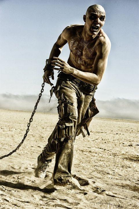 Der fanatische Warboy Nux (Nicholas Hoult) wünscht sich nichts sehnlicher, als die Anerkennung seines Herrn und ein Ticket nach Walhalla - bis er au... - Bildquelle: 2015 Warner Bros.