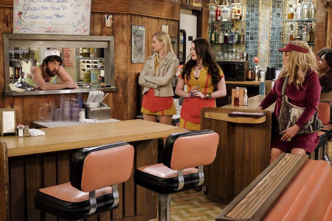 Während Caroline (Beth Behrs, 2.v.l.) und Max (Kat Dennings, 2.v.r.) eine unglaublich erfolgreiche Nacht der Dessert-Bar feiern, hat Sophie (Jennife... - Bildquelle: Warner Bros. Television