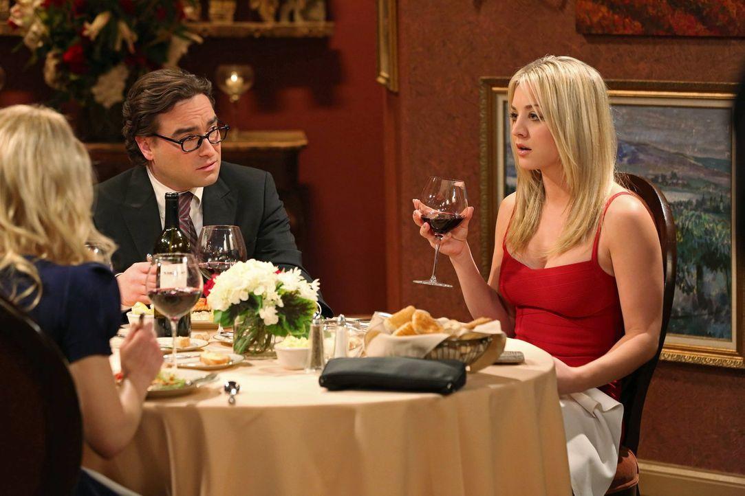 Der Valentinstag endet für Leonard (Johnny Galecki, M.) und Penny (Kaley Cuoco, r.) im Chaos, da Bernadette (Melissa Rauch, l.) und Howard eine Ehek... - Bildquelle: Warner Bros. Television