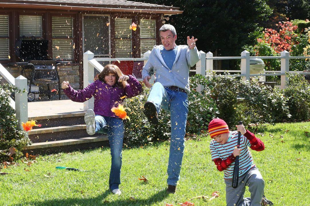 Ein neuer Gemüseladen sorgt bei Frankie (Patricia Heaton, l.), Mike (Neil Flynn, M.) und Brick (Atticus Shaffer, r.) für viel Spaß ... - Bildquelle: Warner Bros.