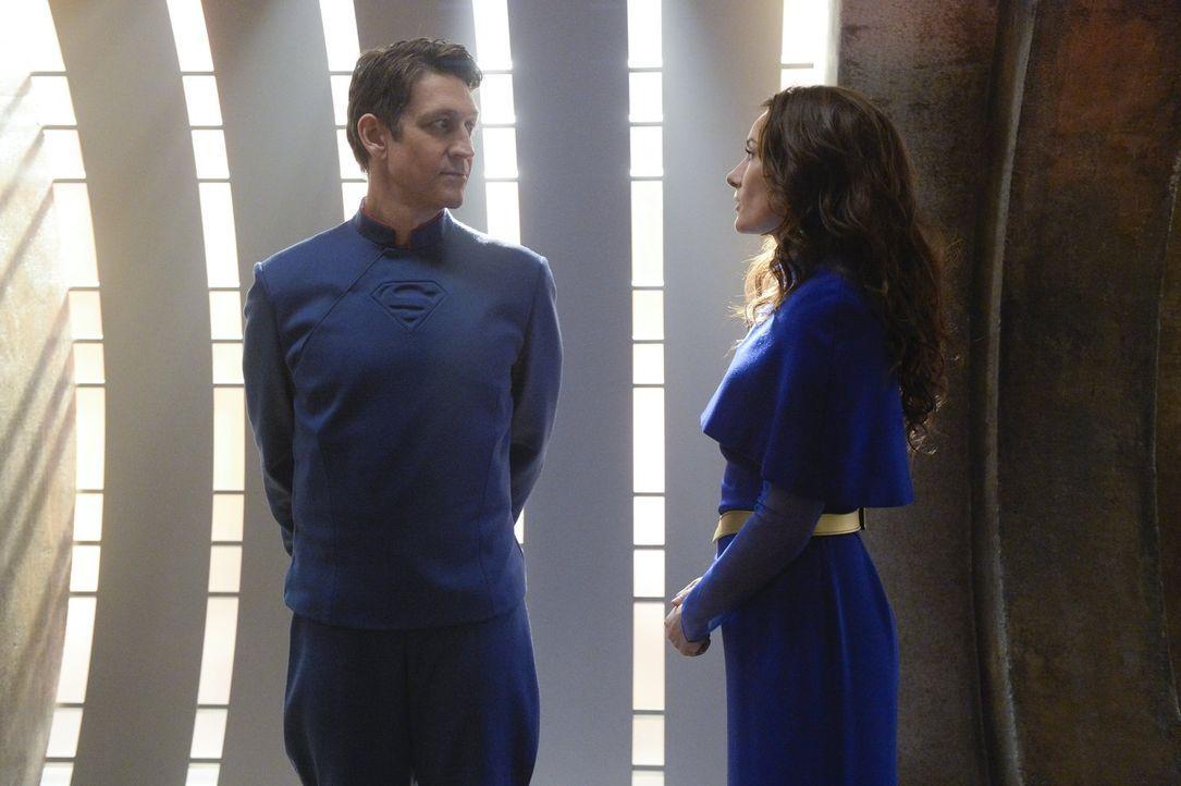 In einer Traumvision kann Kara ihre Eltern, Zor-El (Robert Gant, r.) und Alura (Laura Benanti), endlich wiedersehen, doch je länger sie sich in dies... - Bildquelle: 2015 Warner Bros. Entertainment, Inc.