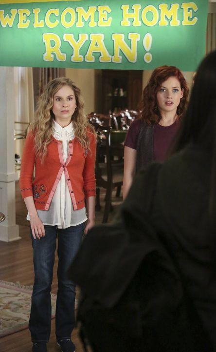 Können nicht glauben, dass Ryan mit seiner neuen Freundin für einen Besuch nach Hause kommt: Tessa (Jane Levy, r.) und Lisa (Allie Grant, l.) ... - Bildquelle: Warner Brothers