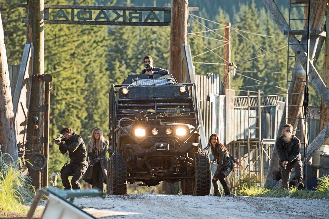Machen sich auf den Weg, um die Situation in Arkadia zu erkunden und wichtiges Material für ihren Kampf gegen Elie zu holen: (v.l.n.r.) Bellamy (Bob... - Bildquelle: 2014 Warner Brothers