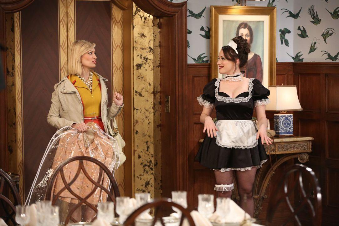 Ob die freizügige Hausmädchen Uniform das war, was Caroline (Beth Behrs, l.) im Sinn hatte, als sie Max (Kat Dennings, r.) bat, Bedienstete zu spiel... - Bildquelle: Warner Brothers