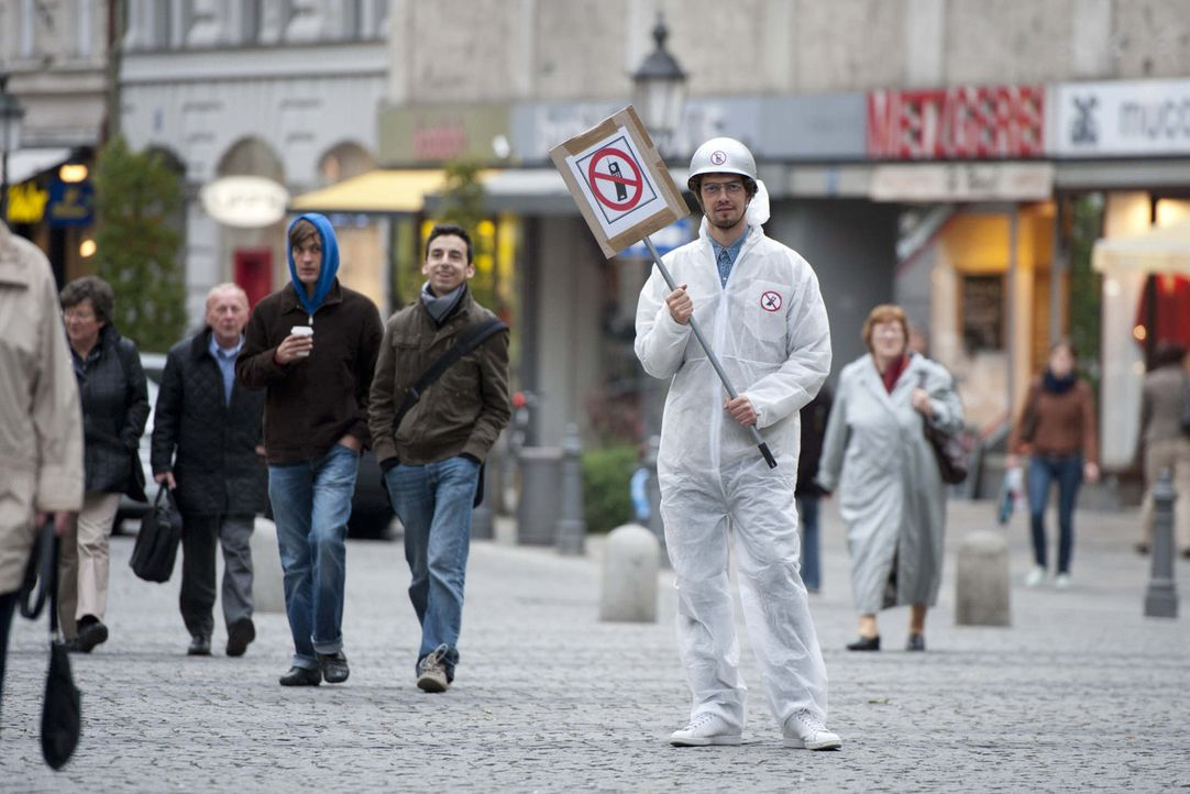 Verkleidet und mit versteckter Kamera geht Joko (M.) auf die Strasse, um ahnungslosen Passanten einige Fragen zu stellen ... - Bildquelle: ProSieben