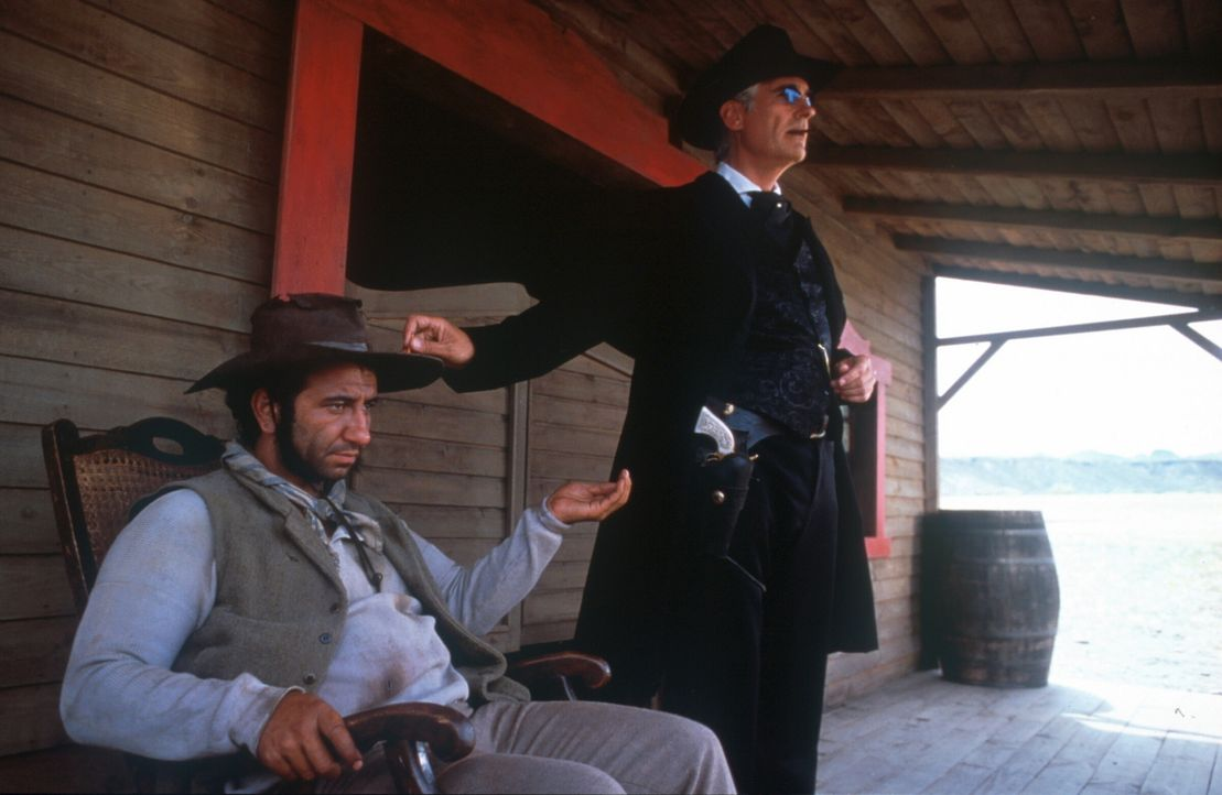 Immobilienmakler Santa Maria (Sky Du Mont, r.) und sein Hombre (Hilmi Sozer, l.) ... - Bildquelle: herbX film gmbh/Constantin Film