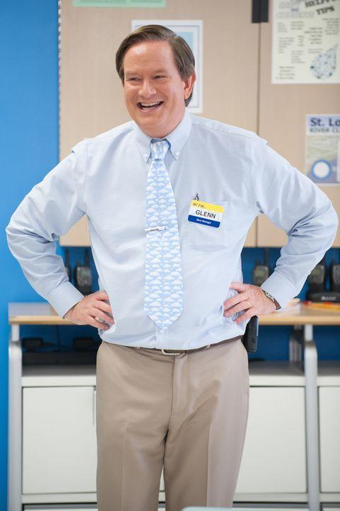 Glenn (Mark McKinney) ist ganz aus dem Häuschen: Seine Filiale wird vom Firmenmagazin portraitiert. - Bildquelle: Colleen Hayes 2015 Universal Television LLC. ALL RIGHTS RESERVED. / Colleen Hayes