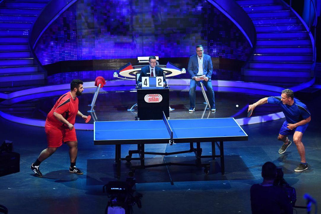 Elton (2.v.r.) schaut genau hin, wer beim Tischtennis mehr ins Schwitzen gerät. Faisal Kawusi (l.) oder Ralf Moeller (r.)? - Bildquelle: Willi Weber ProSieben/Willi Weber