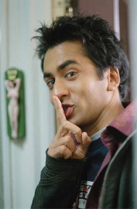 Kumar (Kal Penn) sollte eigentlich Medizin studieren und in die Fußstapfen von Vater und Brüdern treten, doch er interessiert sich mehr für Party...