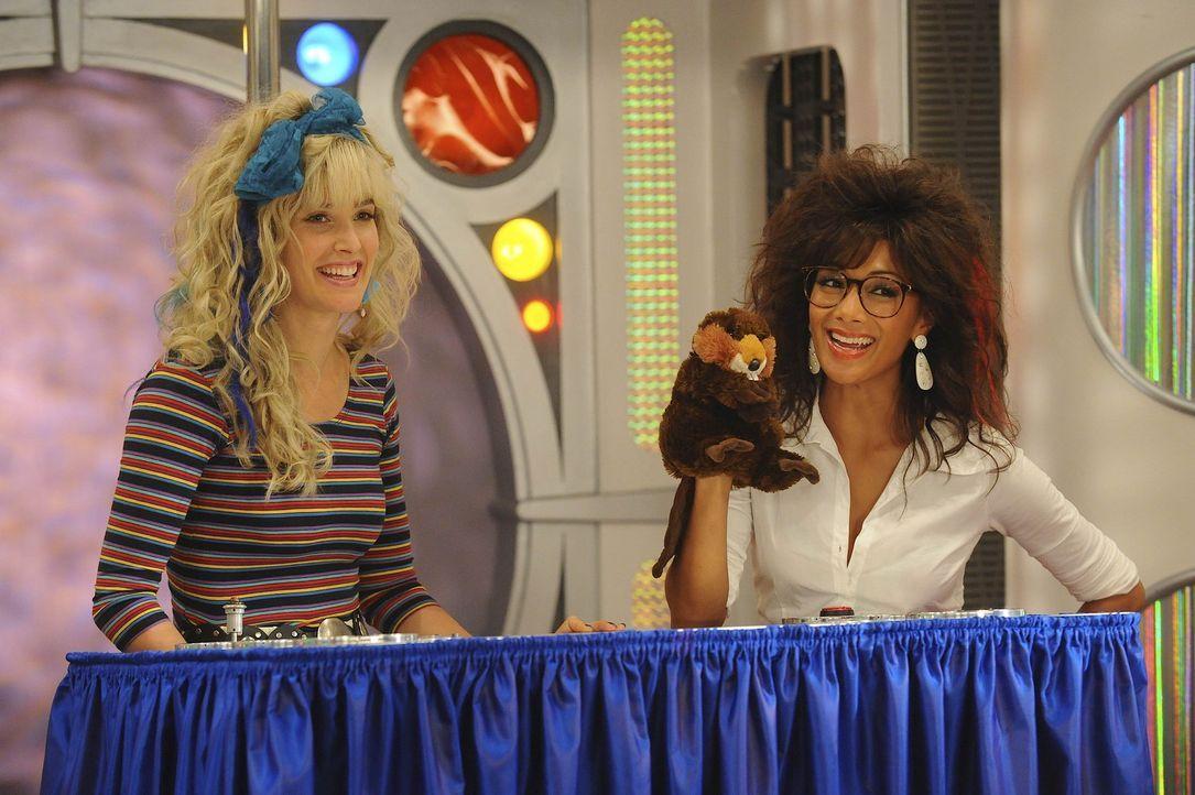 Gemeinsam mit ihrer besten Freundin Jessica (Nicole Scherzinger, r.) hat Robin (Cobie Smulders, l.) vor Jahren in einer kanadischen Kindersendung mi... - Bildquelle: 20th Century Fox International Television