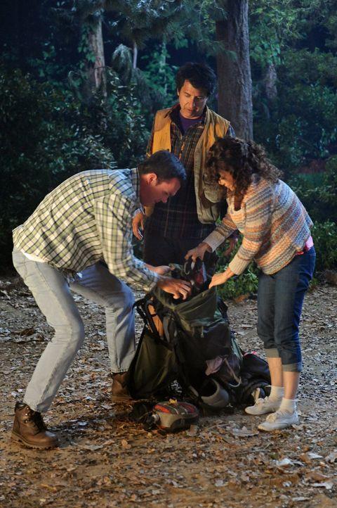 Als Mike (Neil Flynn, l.) und Frankie (Patricia Heaton, r.) mit ihren drei Kindern campen gehen, erinnert sie das an ihre Flitterwochen, in denen si... - Bildquelle: Warner Brothers