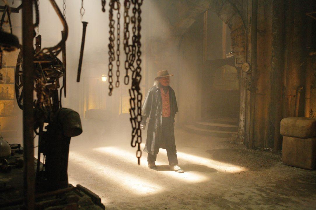 Die drei Fragezeichen machen sich auf den Weg zu dem verlassenen Anwesen des verrückten Erfinders Terrill (James Faulkner), das in einem einsamen Wa... - Bildquelle: Disney