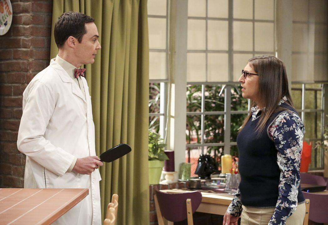 """Als Sheldon (Jim Parsons, l.) erfährt, dass seine Lieblingskindersendung neu aufgesetzt wird, bewirbt er sich sofort für die Rolle als """"Professor Pr... - Bildquelle: Warner Bros. Television"""