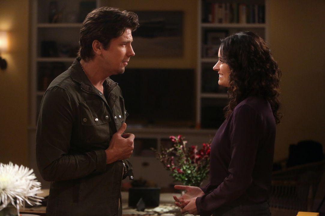 Als Craig (Michael Trucco, l.) Sara (Paget Brewster, r.) mitteilt, dass er sich eine Beziehung mit ihr vorstellen kann, weiß diese nicht, wie sie da... - Bildquelle: Jordin Althaus 2016 ABC Studios. All rights reserved.