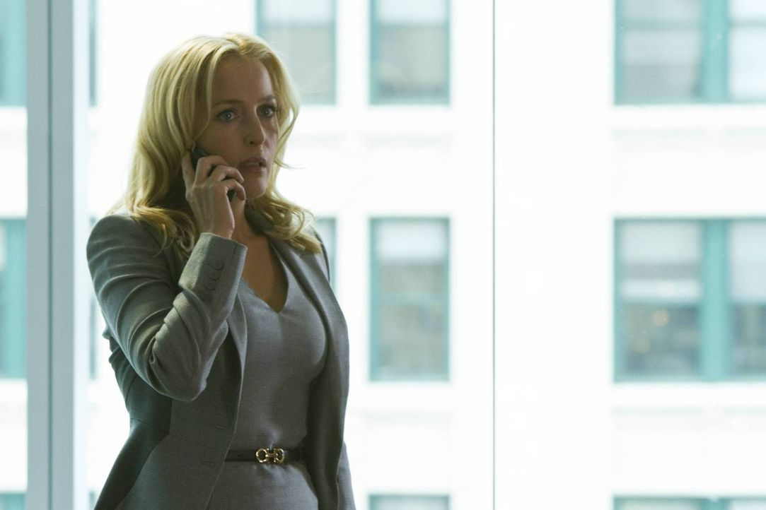Muss nach einem mysteriösen Anruf eine hohe Summe Bargeld sammeln, um ihre Tochter Amber in Sicherheit zu bringen: Meg Fitch (Gillian Anderson) ... - Bildquelle: 2013-2014 NBC Universal Media, LLC. All rights reserved.