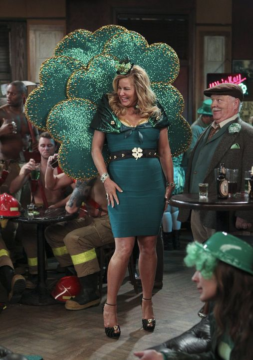 Genießt die St. Patrick's Day-Party in vollen Zügen: Sophie (Jennifer Coolidge) ... - Bildquelle: Warner Bros. Television