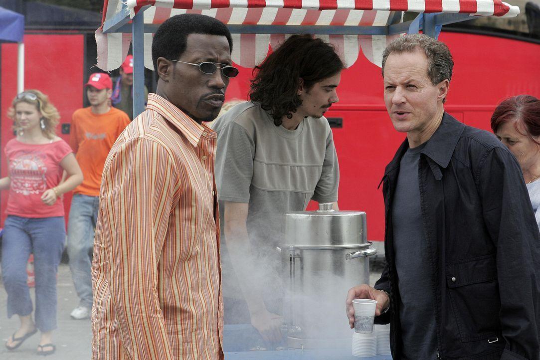 Zwei Undercoveragenten unter sich: Als Sonni Griffin (Wesley Snipes, l.) seinen Kontaktmann Michael Shepard (William Hope, r.) trifft, erkennt er, d... - Bildquelle: 2005 Micro-Fusion 2004-14 LLP. All Rights Reserved.