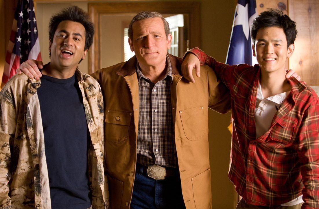 Glücklicherweise landen die beiden als Terroristen verfolgten Dauerkiffer Harold (John Cho, r.) und Kumar (Kal Penn, l.) bei George W. Bush (James... - Bildquelle: Warner Brothers