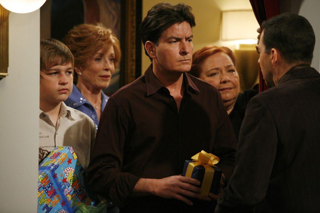 Melissa arrangiert eine Geburtstagsparty für Alan (Jon Cryer, r.), zu der sein Bruder Charlie (Charlie Sheen, M.), seine Mutter Evelyn (Holland Tay... - Bildquelle: Warner Brothers Entertainment Inc.
