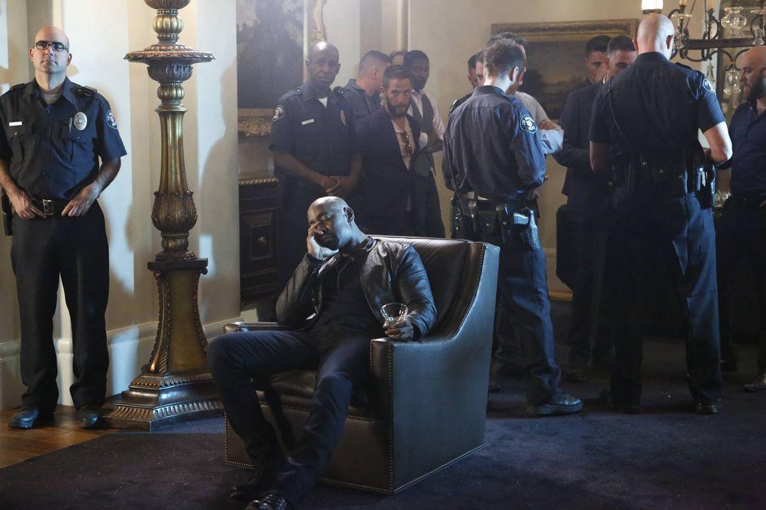 Um ihn auf andere Gedanken zu bringen, nimmt Lucifer Amenadiel (D.B. Woodside) zu einem Undercover Einsatz mit. Ist das wirklich eine gute Idee? - Bildquelle: 2016 Warner Brothers