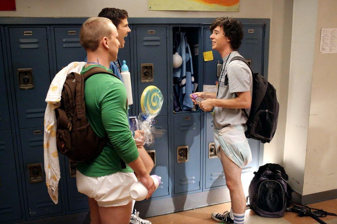 Sean (Beau Wirick, 2.v.l.) und Darrin (John Gammon, l.) berichten Axl (Charlie McDermott, r.) von ihren College-Zusagen und bringen ihren Freund daz... - Bildquelle: Warner Brothers