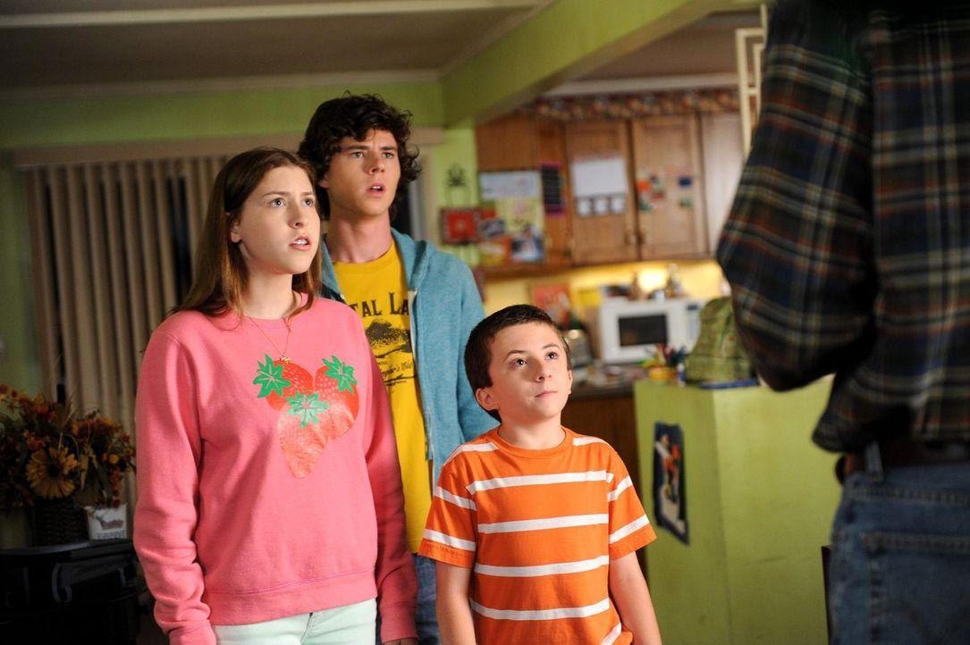 Axl (Charlie McDermott, M), Sue (Eden Sher, l.) und Brick (Atticus Shaffer, r.) sind entsetzt, als ihre Mutter mit Sack und Pack das Haus verlässt.... - Bildquelle: Warner Brothers