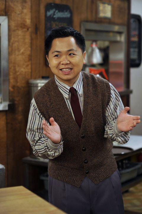 Han Lee (Matthew Moy), der selbstgefällige, neue Besitzer des heruntergekommenen Williamsburg Diner, geht seinen Mitarbeitern mit seinen herablasse... - Bildquelle: Warner Brothers