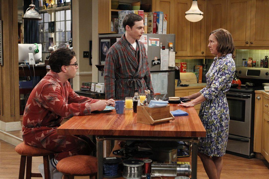 Sheldons (Jim Parsons, M.) Mutter Mary (Laurie Metcalf, r.) kommt zu Besuch und bringt das Leben von ihm und Leonard (Johnny Galecki, l.) völlig du... - Bildquelle: Warner Bros. Television