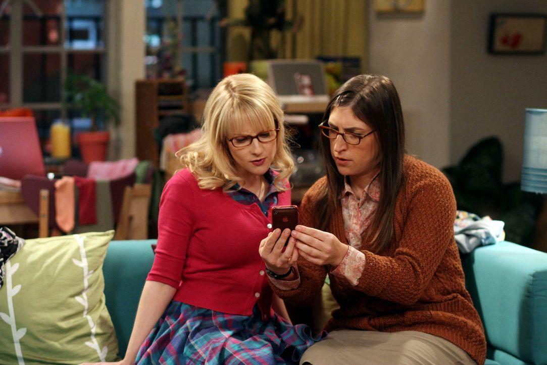 Während Penny, Bernadette (Melissa Rauch, M.) und Amy (Mayim Bialik, r.) einen gemütlichen Abend verbringen, bekommt Amy eine SMS von Stuart, der... - Bildquelle: Warner Bros. Television