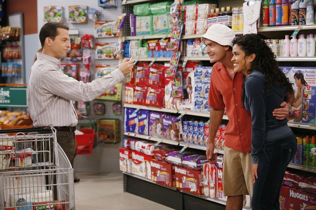 """Seit seinem Erfolg als """"Charlie Waffles"""" wird Charlie (Charlie Sheen, M.) sogar im Supermarkt von Fans (Ion Overman, r.) erkannt. Sein Bruder Alan (... - Bildquelle: Warner Brothers Entertainment Inc."""