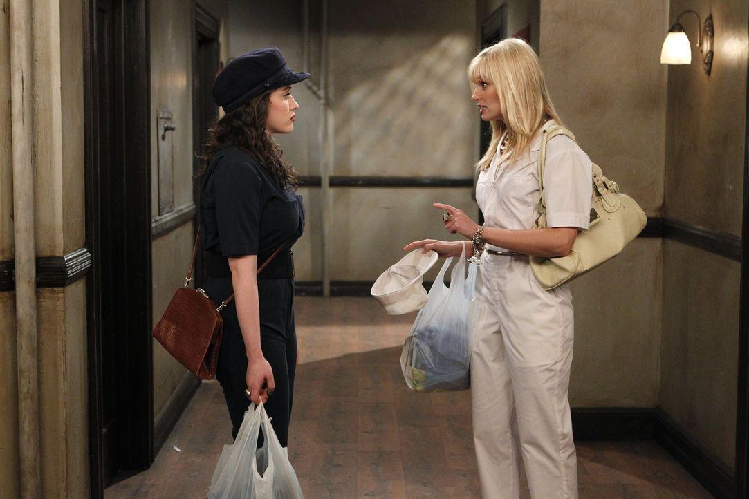 Aufregung vor dem ersten Date: Caroline (Beth Behrs, r.) gibt der sonst coolen Max (Kat Dennings, l.) letzte Tipps, wie sie den Künstler Johnny  er... - Bildquelle: Warner Brothers