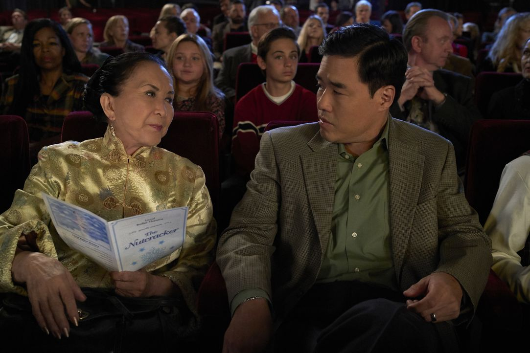 Grandma Huang (Lucille Soong, l.); Louis Huang (Randall Park, r.) - Bildquelle: 2018-2019 American Broadcasting Companies.  All rights reserved.