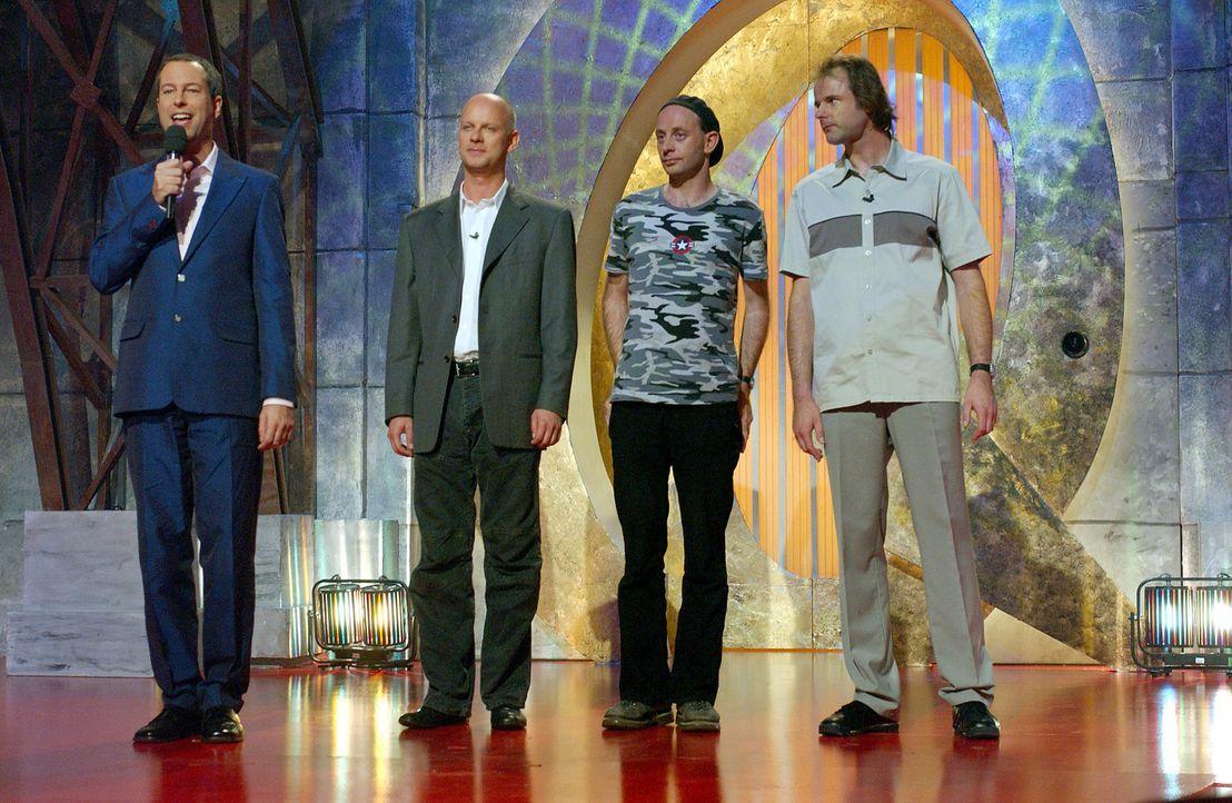 """(v.l.n.r.) Auf der Bühne heißen Thomas Hermanns, Rüdiger Hoffmann, Alf Poier und Vince Ebert das Publikum des """"Quatsch Comedy Clubs"""" Willkommen. - Bildquelle: ProSieben/Schumann"""