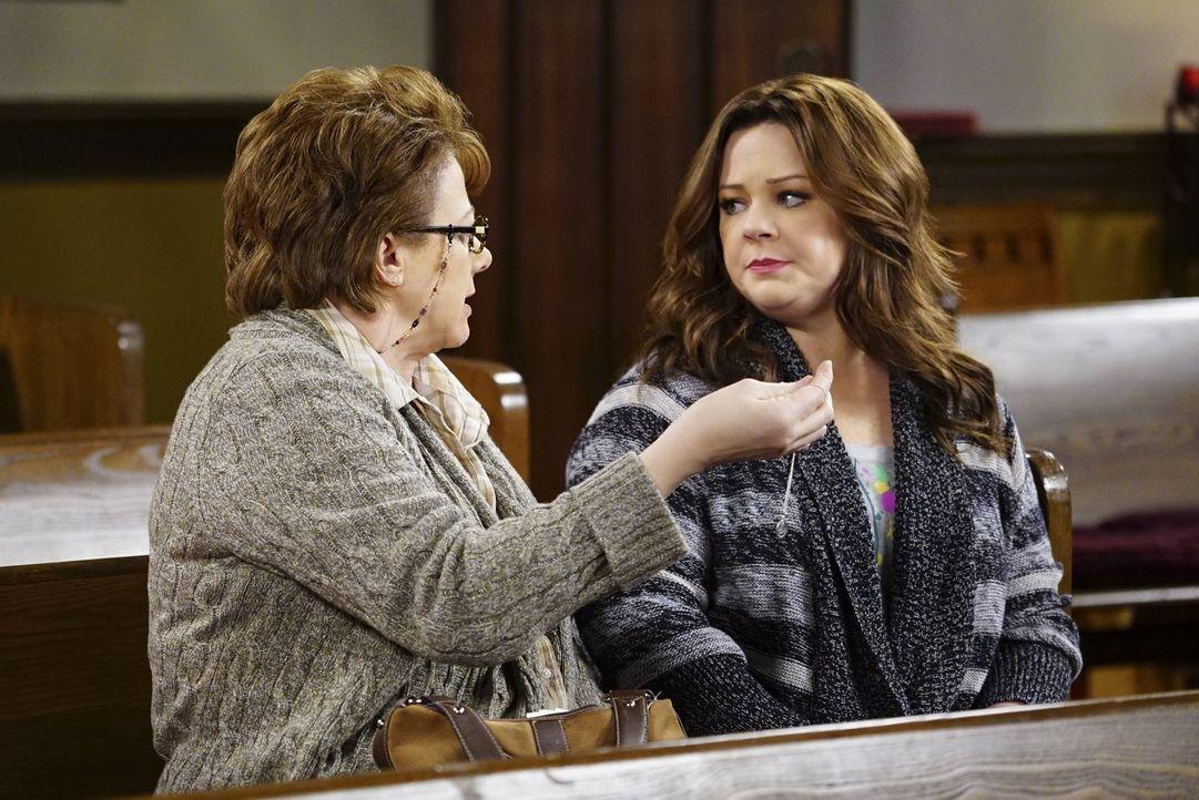 Molly (Melissa McCarthy, r.) fürchtet sich vor der Entscheidung der Adoptionsagentur und erklärt sich deshalb bereit, Peggy (Rondi Reed, l.) zur Kir... - Bildquelle: Warner Brothers