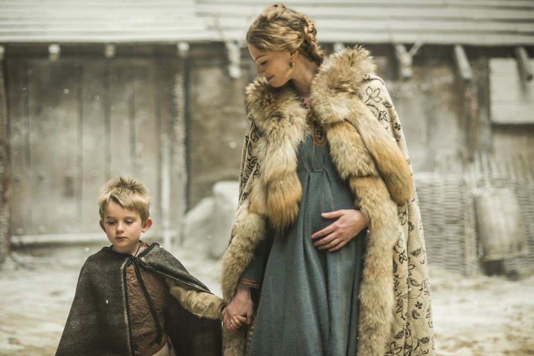 Sind stolz auf Ragnar: Aslaug (Alyssa Sutherland, r.) und Ubbe (Cormac Melia, l.) ... - Bildquelle: 2014 TM TELEVISION PRODUCTIONS LIMITED/T5 VIKINGS PRODUCTIONS INC. ALL RIGHTS RESERVED.