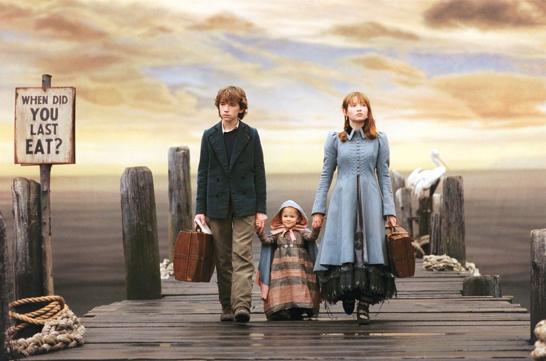 Als ihre steinreichen Eltern bei einem Brand ums Leben, müssen Violet (Emily Browning, r.), Klaus (Liam Aiken, l.) und die kleine Sunny (Kara/Shelby... - Bildquelle: Copyright   2004 by  DREAMWORKS LLC  and PARAMOUNT PICTURES CORPORATION.  All Rights Reserved.