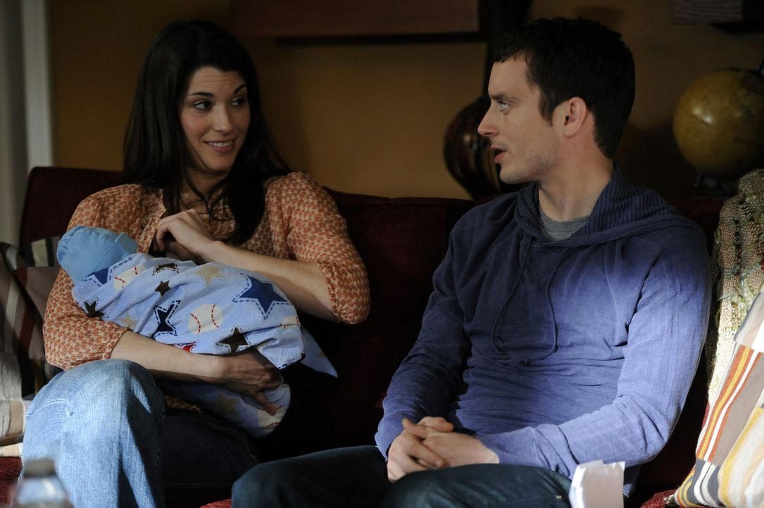 Ryan (Elijah Wood, r.) hat panische Angst das Baby seiner Schwester Kristen (Dorian Brown, l.) zu halten. Er überlegt, ob ihn Drogen beruhigen könne... - Bildquelle: 2011 FX Networks, LLC. All rights reserved.