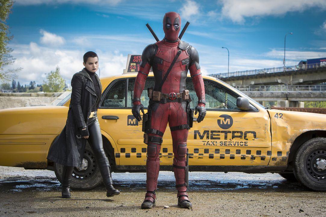Der Neue unter den Superhelden, Deadpool (Ryan Reynolds, r.), veranstaltet ein ordentliches Durcheinander. Diese schlampige Arbeitsweise können die... - Bildquelle: Joseph Lederer 2016 Twentieth Century Fox Film Corporation.  All rights reserved.  MARVEL   2016 MARVEL