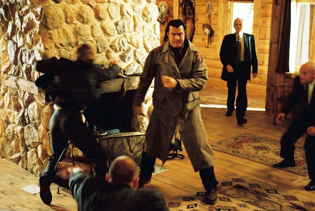 """Als Ex-Undercover-Agent Billy Lancing (Steven Seagal) entdeckt, dass sich hinter der """"Foster-Hilfsorganisation für Menschen"""" in Wahrheit ein Netzwer... - Bildquelle: Franchise Pictures"""