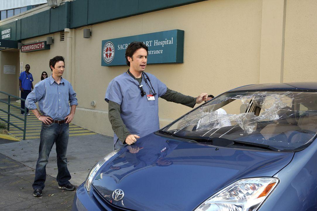 Weil sich J.D. (Zach Braff, r.) darüber ärgert, dass sein Bruder Dan (Thomas Cavanagh, l.) im Gegensatz zu ihm sein Leben in Griff bekommen hat,... - Bildquelle: Touchstone Television