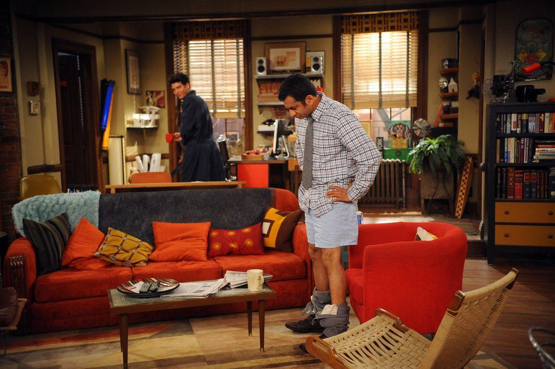 Ted (Josh Radnor, r.) weiß nicht, was er davon halten soll, als er Kevin (Kal Penn, l.) in Boxershorts im Wohnzimmer stehen sieht ... - Bildquelle: 20th Century Fox International Television