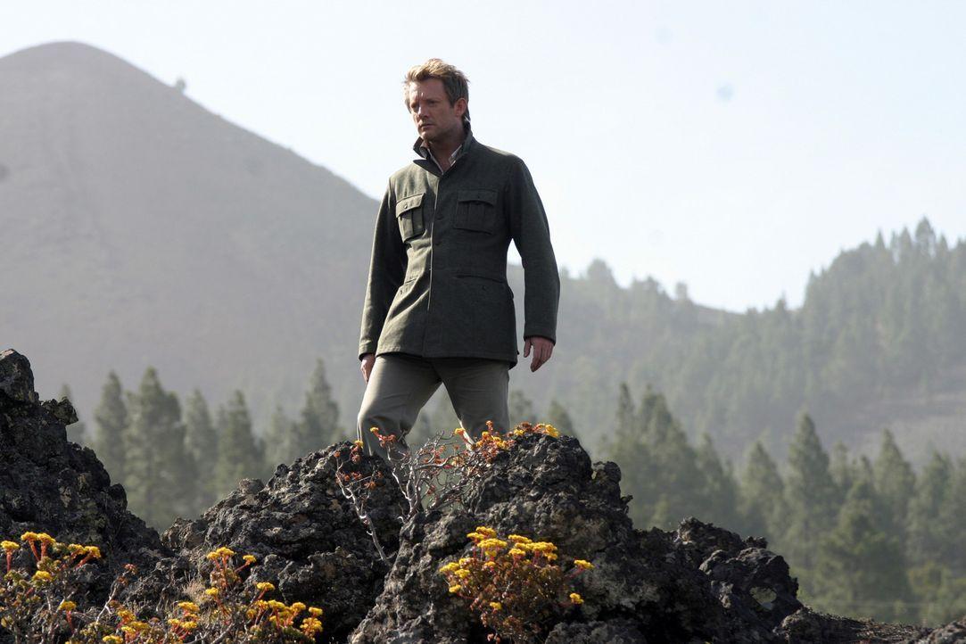 Evolutionärbiologe Prof. Cutter (Douglas Henshall) entdeckt in einem Wald die Spuren eines überaus großen Tieres. Gemeinsam mit seinem Team versu... - Bildquelle: ITV Plc