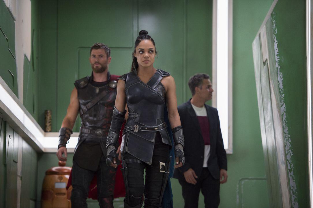 (v.l.n.r.) Thor (Chris Hemsworth); Valkyrie (Tessa Thompson); Bruce Banner/Hulk (Mark Ruffalo) - Bildquelle: Jasin Boland Marvel Studios 2017 / Jasin Boland