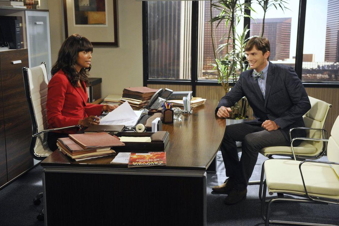 Nach seinem Herzinfarkt macht sich Walden (Ashton Kutcher, r.) Gedanken über den Sinn des Lebens und beschließt, Vater zu werden. Leider fehlt ihm d... - Bildquelle: Warner Brothers Entertainment Inc.