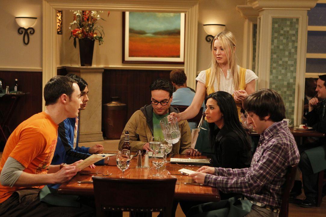 Bei einem gemeinsamen Abendessen erfahren Sheldon (Jim Parsons, l.), Rajesh (Kunal Nayyar, 2.v.l.), Penny (Kaley Cuoco, stehend) und Howard (Simon H... - Bildquelle: Warner Bros. Television