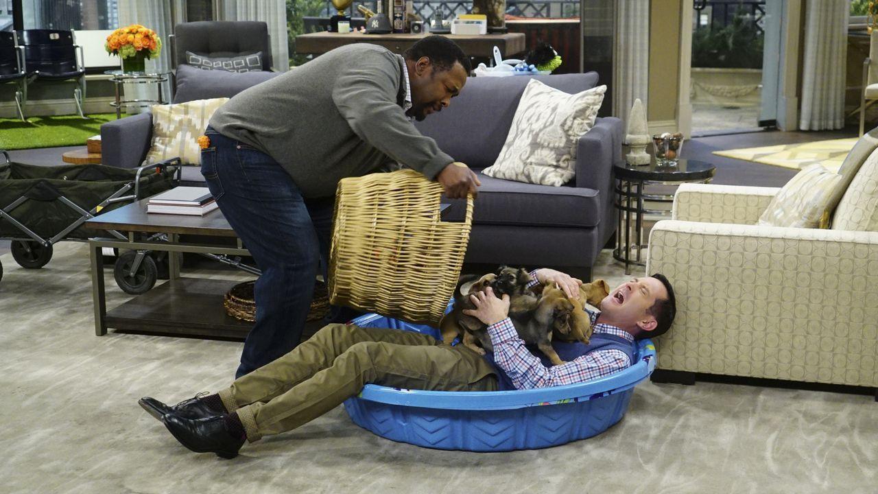 Felix (Thomas Lennon, r.) versucht, mit Hilfe von Teddy (Wendell Pierce, l.), seine Angst vor Hunden zu überwinden, als Emily wieder das Sorgerecht... - Bildquelle: Monty Brinton 2015 CBS Broadcasting, Inc. All Rights Reserved