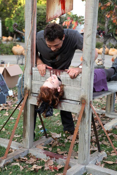 Halloween der besonderen Art: George (Jeremy Sisto, oben) und Tessa (Jane Levy, unten) ... - Bildquelle: Warner Bros. Television