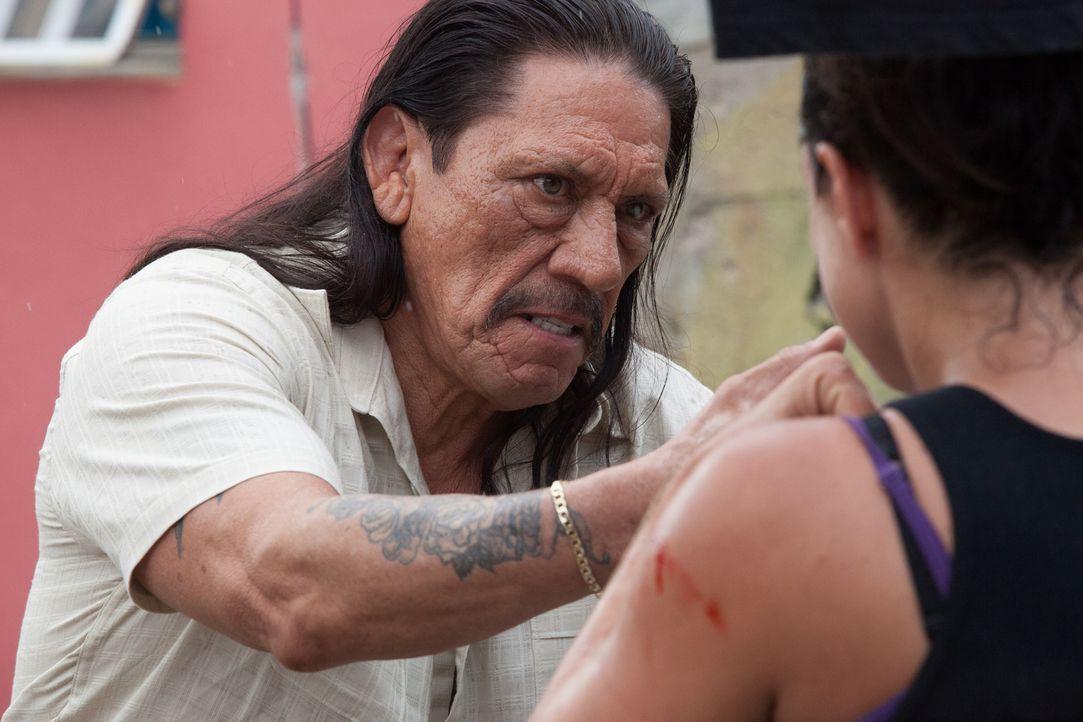 Gangsterboss Big Bizz (Danny Trejo, l.). Steckt er hinter der Entführung? - Bildquelle: Francisco Roman ITB Productions, Inc.